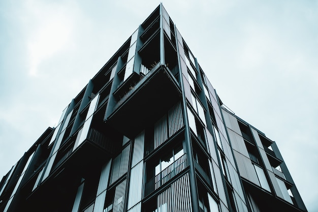 Inquadratura dal basso di un edificio moderno con finestre di vetro