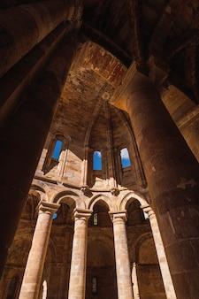 Inquadratura dal basso dell'abbazia di moreruela