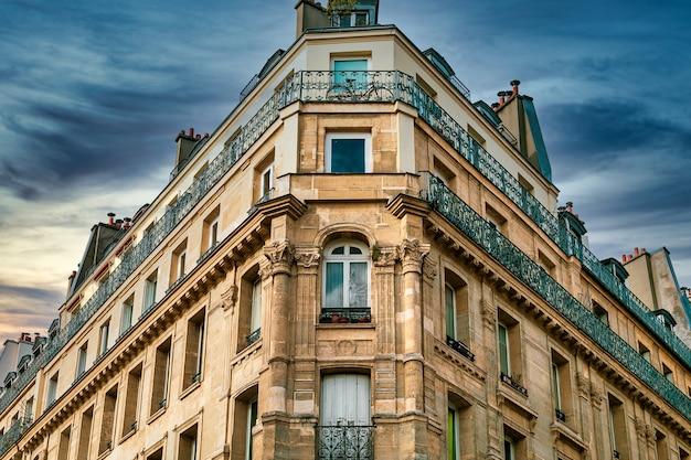 Снимок под низким углом красивого исторического архитектурного сооружения в париже, франция