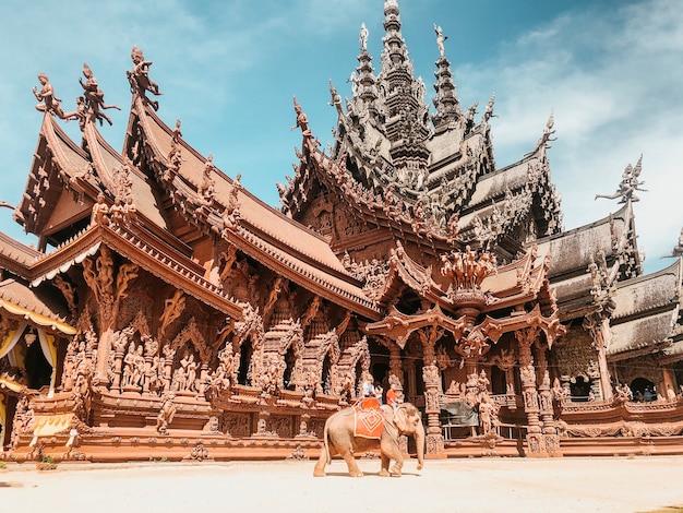 パタヤ、タイの美しい真実の聖域のローアングルショット