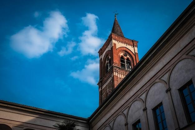 昼間の青い空と鐘楼のローアングルショット