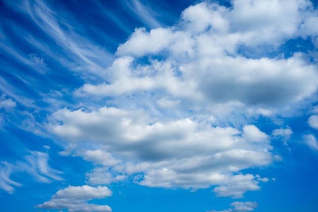 昼間の青い曇り空のローアングルショット