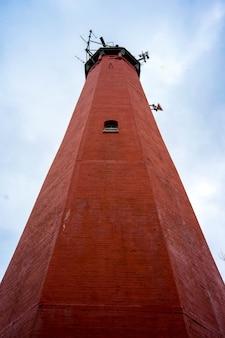 ヘルポーランドのレンガ灯台のローアングルショット