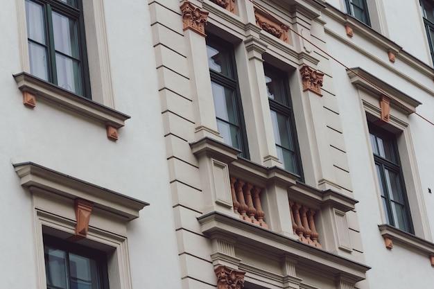 낮 동안 뮌헨에있는 건물의 낮은 앵글 샷