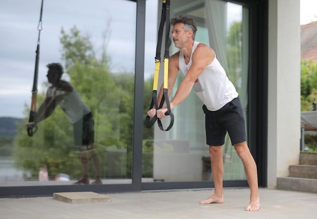 自宅で運動しているヨーロッパの男性のローアングルショット