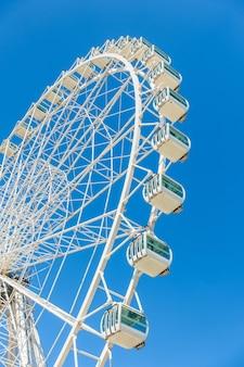 フェリスホイールのローアングルショット、青い空