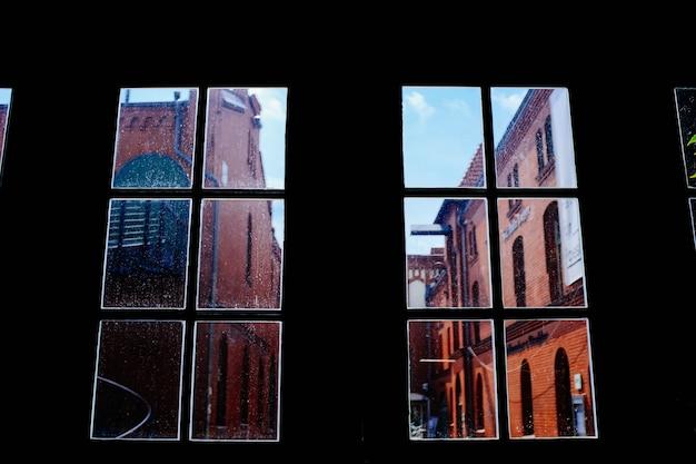 街の真ん中にある建物のガラス窓のローアングルショット