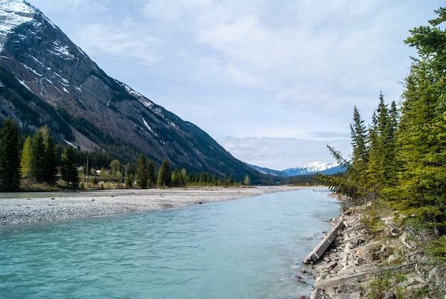 Снимок реки и гор под низким углом