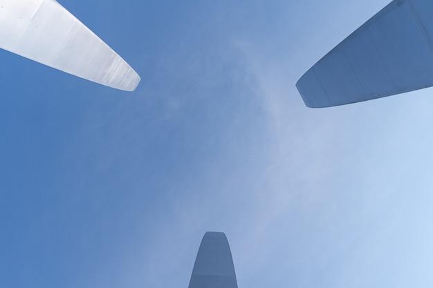 青い澄んだ空の下でバージニア州アーリントンの空軍記念碑のローアングルショット