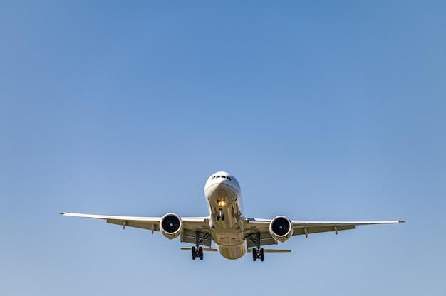 낮에 더 가까이 날아가는 비행기의 낮은 각도 샷