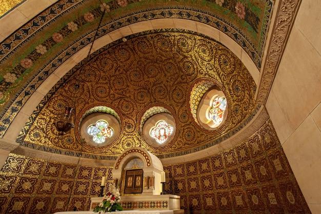 ドイツ、アイフェル地方の歴史的な教会の祭壇のローアングルショット