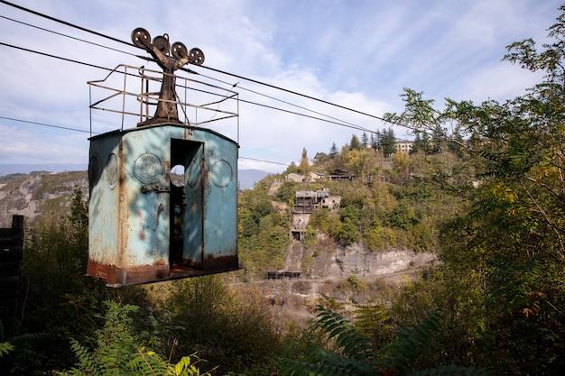 山岳風景の真ん中にある放棄された古いロープウェイのローアングル ショット