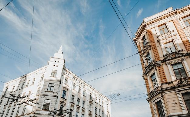 아름다운 오래된 석조 건물의 낮은 각도 샷