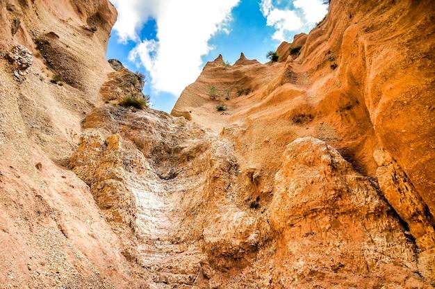 イタリア、ウンブリア州の青い空の下の崖のローアングルショット