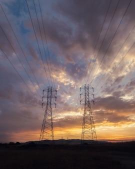 아름다운 일몰 하늘 아래 전기 전선의 낮은 각도 샷