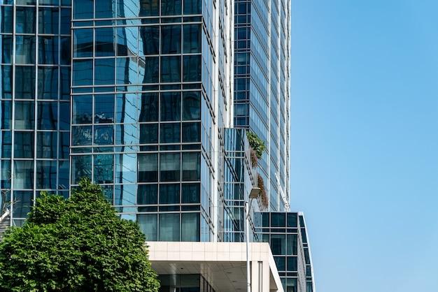 도시 사무실 건물의 외부 유리의 낮은 각도 샷