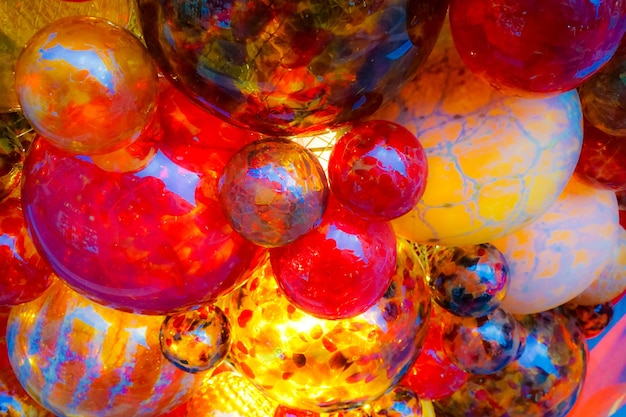 Низкий угол снимка стеклянных красных шаров рождественские украшения на рынке