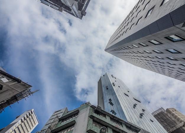 흐린 하늘 아래 높은 주거용 건물의 낮은 각도 샷