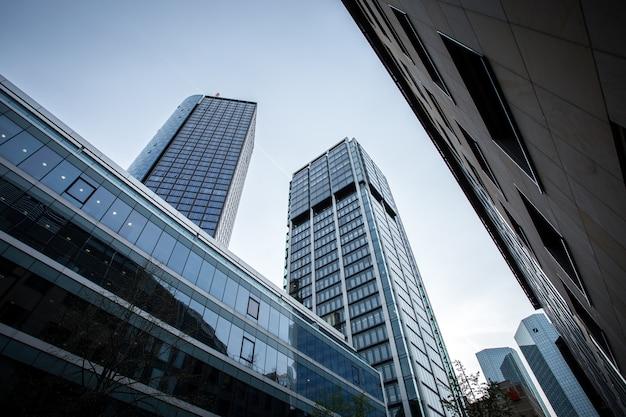 Низкий угол снимка высотных зданий под чистым небом во франкфурте, германия