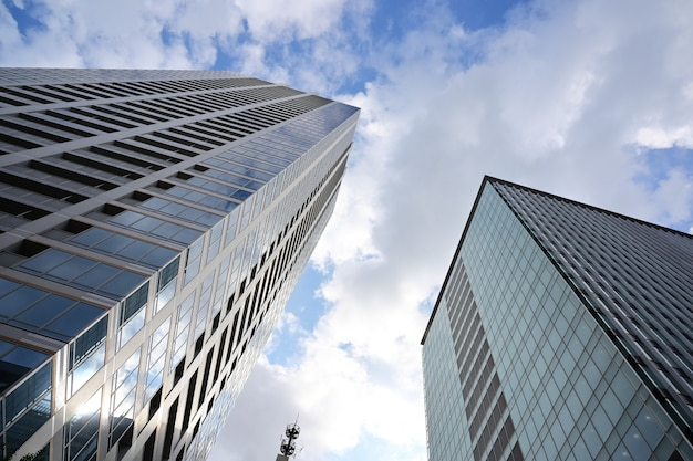 흐린 하늘에 대한 현대 유리 고층 빌딩의 낮은 각도 샷