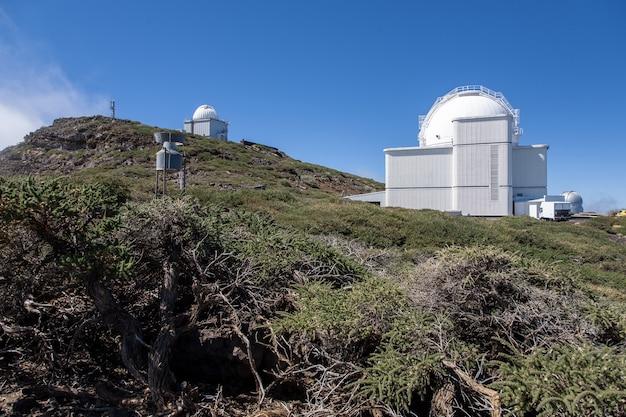 カナリア諸島のラパルマ島のカルデラデタブリエンテ火山の頂上にある天文台のローアングルショット