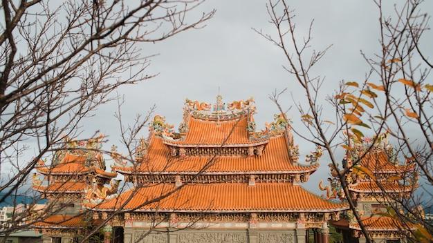 澄んだ空の下で興味深いテクスチャを持つ神社のローアングルショット