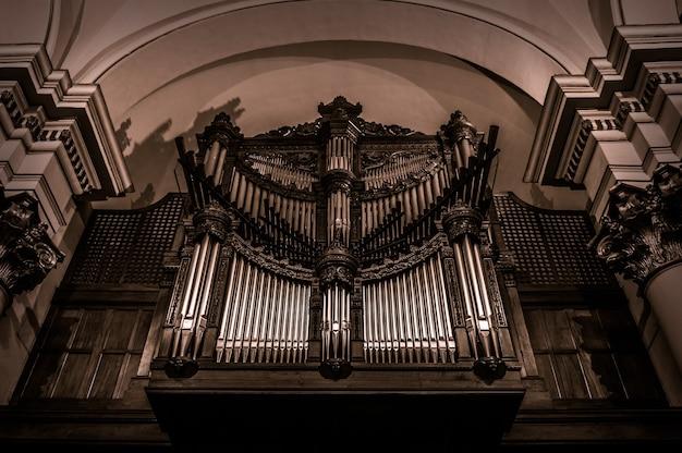 コロンビアのボゴタの首座大聖堂のアーチ型の天井のローアングルショット