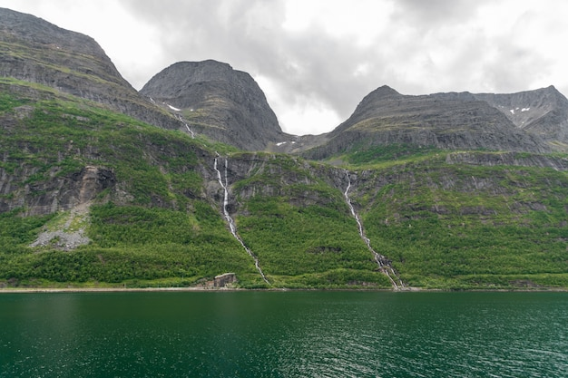ノルウェー北部の海岸線のそばの美しい山々のローアングルショット