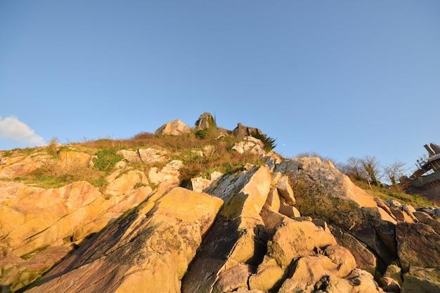 Низкий угол выстрела красивых скал, захваченных в ле мон-сен-мишель во франции