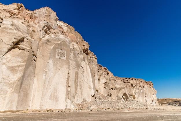 澄んだ青い空の下で美しい石の崖のローアングルショット