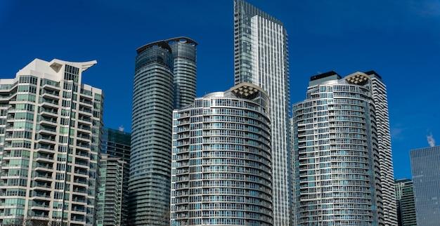 カナダのトロントのハーバーフロントにある建物のローアングルショット