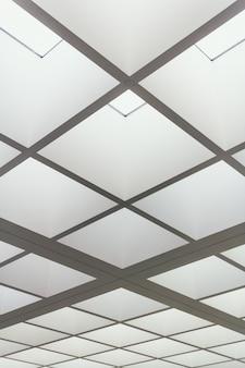 明るい照明の正方形で作られた建物の天井のローアングルショット