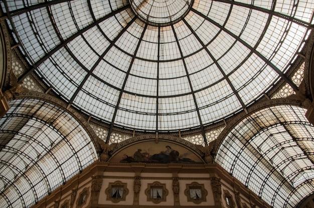 イタリア、ミラノの歴史的なヴィットーリオエマヌエーレ2世のガッレリアの天井のローアングルショット
