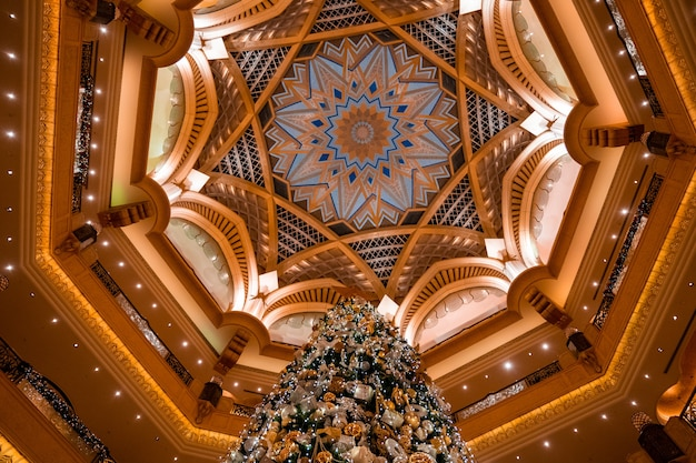 아랍 에미리트 아부 다비의 에미레이트 팰리스에서 크리스마스 트리의 낮은 각도 샷