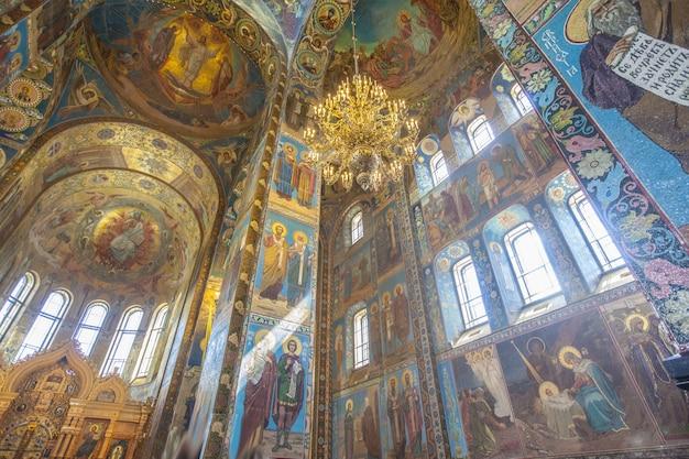 ロシア、サンクトペテルブルクの血の内部にある救世主教会のローアングルショット