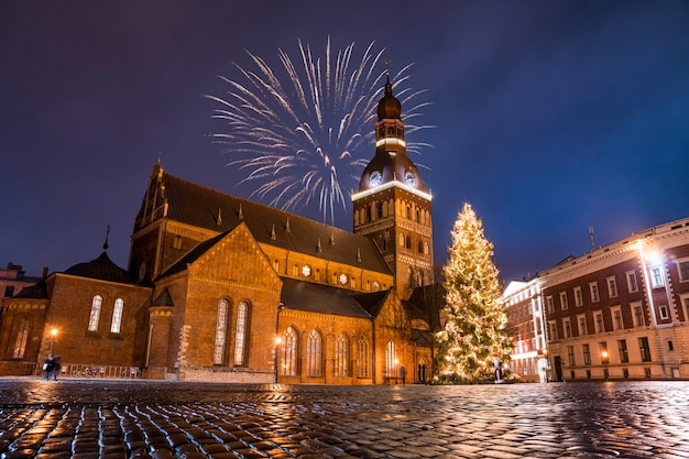 星空の夜に教会で色とりどりの花火のローアングルショット