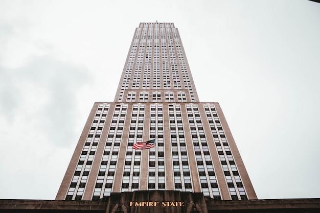 미국 뉴욕 엠파이어 스테이트 빌딩의 낮은 각도 샷
