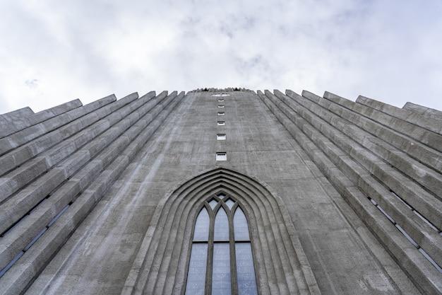 아이슬란드의 흐린 하늘 아래 hallgrimskirkja의 낮은 각도 샷