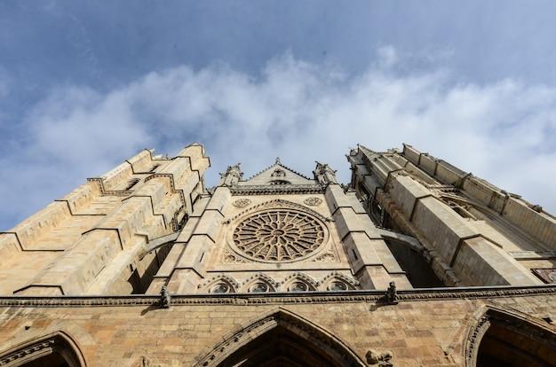 흐린 하늘 아래 스페인의 역사적인 catedral de leon의 낮은 각도 샷