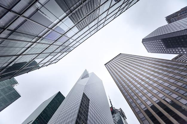 ニューヨーク市マンハッタンの青い空を背景にした高層ビルのローアングルショット
