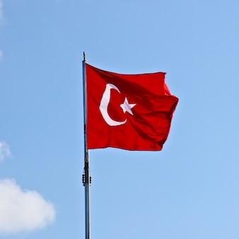 맑은 하늘 아래 터키 국기의 낮은 각도 샷