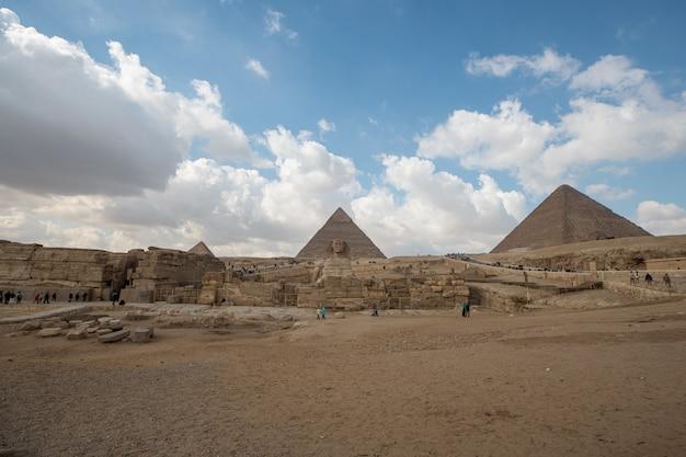 隣同士の2つのエジプトのピラミッドのローアングルショット