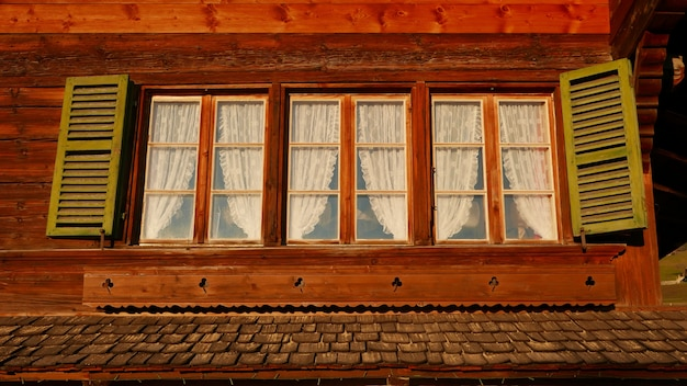 큰 집에서 빈티지 창의 낮은 각도 샷