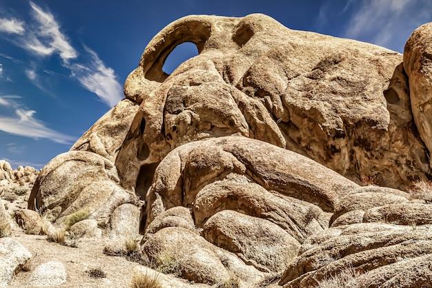 Inquadratura dal basso di formazioni rocciose in alabama hills, california