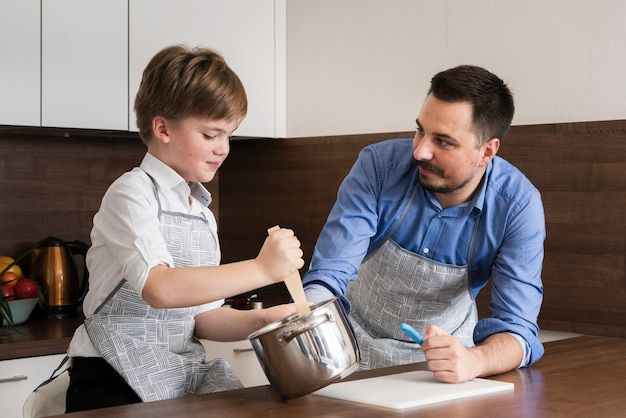 Низкий угол сын и отец время приготовления