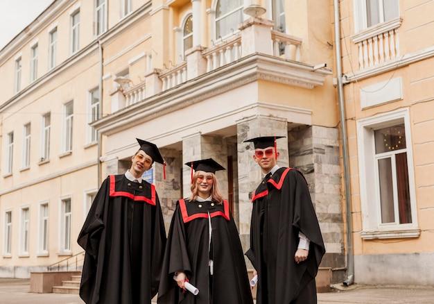 ローアングルの学生が卒業