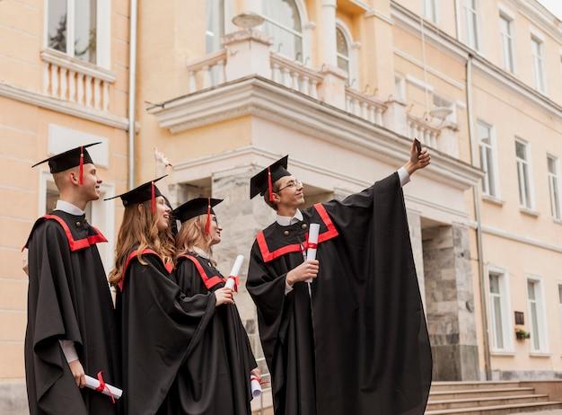 Низкий угол студентов, принимающих селфи