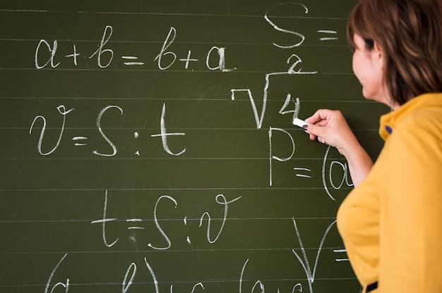 低角度の先生が黒板に書く