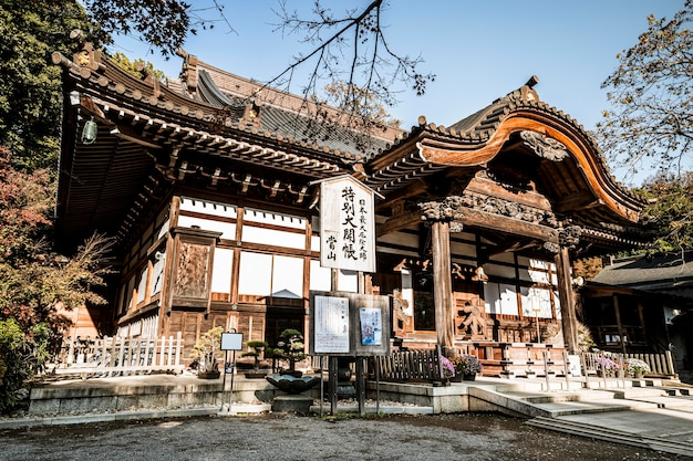 Basso angolo del tempio in legno giapponese tradizionale