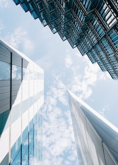 흐린 푸른 하늘에 현대 건축 건물의 낮은 각도 수직 샷